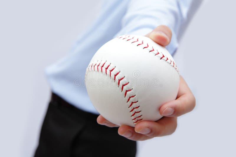 Mão do homem de negócio que prende um basebol fotografia de stock royalty free