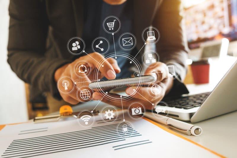 mão do homem de negócio que trabalha com laptop, tabuleta e o telefone esperto imagens de stock