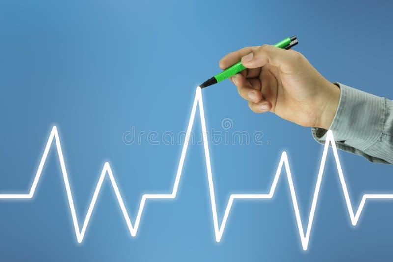 mão do homem de negócios com uma pena que aponta à linha superior de um gráfico imagem de stock