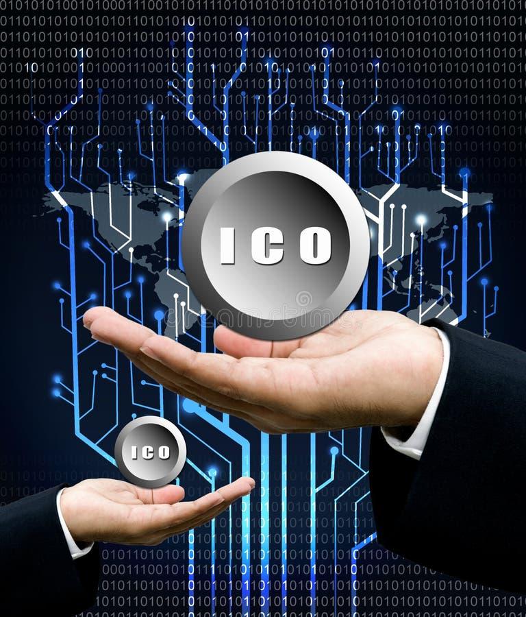 A mão do homem de negócios leva o símbolo de ICO com parte traseira da árvore do circuito digital imagem de stock