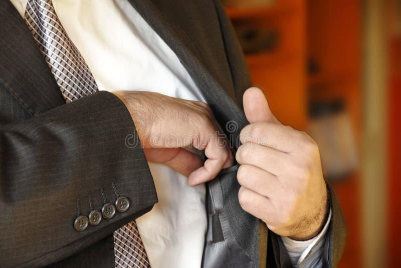 Mão do homem de negócios no bolso interno fotografia de stock royalty free