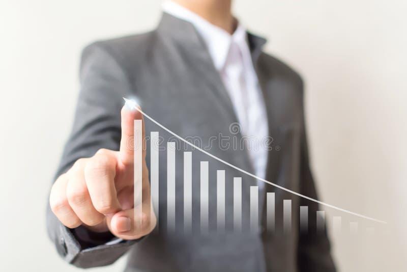 A mão do homem de negócios que aponta o gráfico da seta intensifica o negócio do crescimento fotos de stock