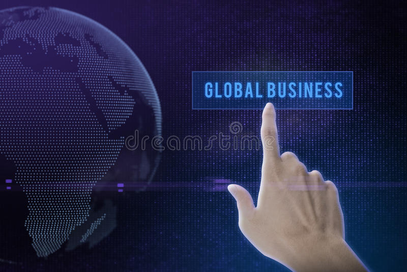 Mão do homem de negócios que empurra o botão da solução em uma relação do tela táctil foto de stock