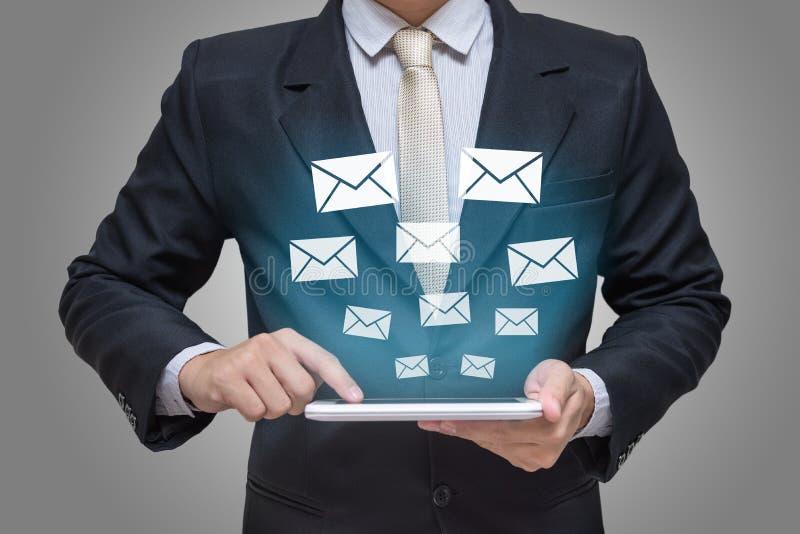 Mão do homem de negócios que guarda mensagens da tabuleta fotos de stock royalty free