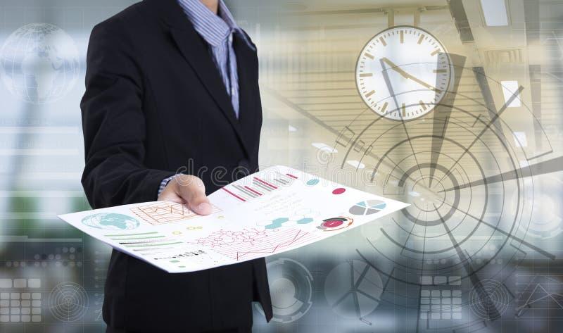 Mão do homem de negócios que guarda o lote de papel do original do arquivo fotografia de stock