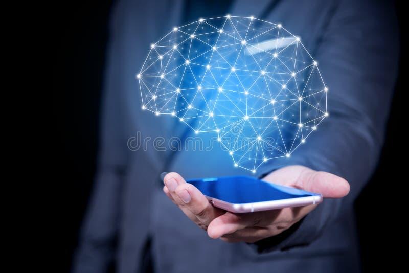 Mão do homem de negócios que guarda o telefone esperto que mostra o cérebro virtual no sc fotografia de stock