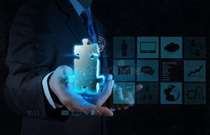 Mão do homem de negócios que mostra o sinal da parceria imagem de stock