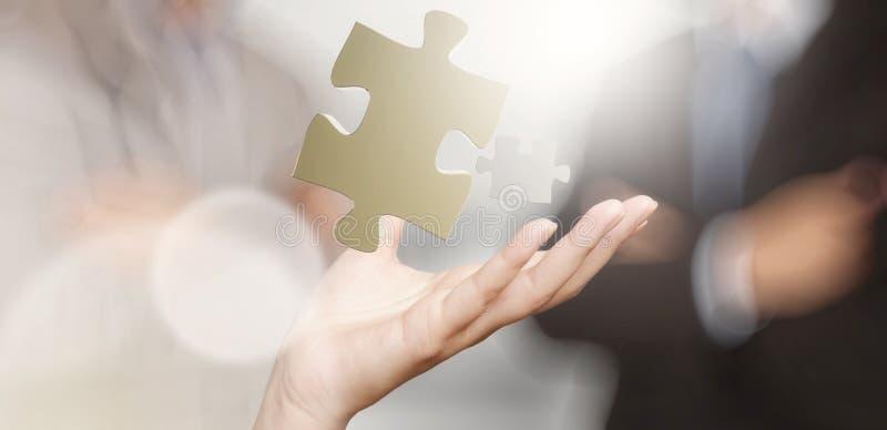 Mão do homem de negócios que mostra o sinal da parceria fotografia de stock