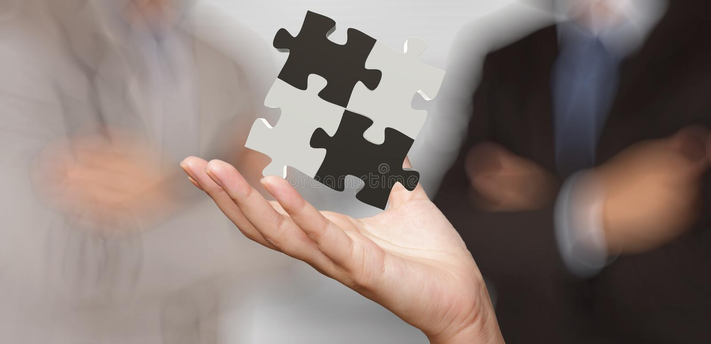 Mão do homem de negócios que mostra o sinal da parceria do enigma 3d imagem de stock
