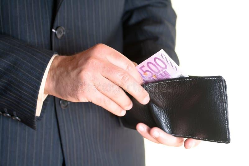 Mão do homem de negócios que prende uma carteira aberta imagem de stock