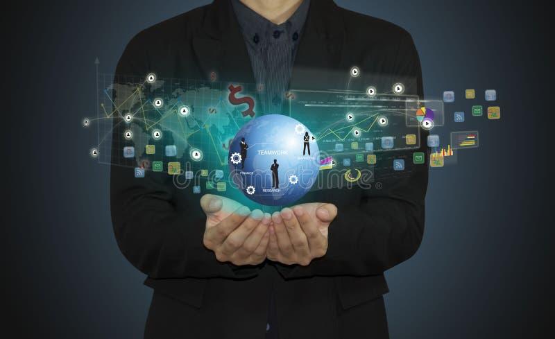 Mão do homem de negócios que trabalha com ícone moderno do computador e do negócio imagens de stock royalty free