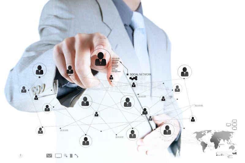 Mão do homem de negócios que trabalha com ne social moderno novo da mostra de computador fotos de stock royalty free