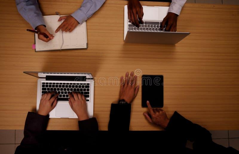 Mão do homem de negócios que trabalha com o computador moderno novo fotografia de stock