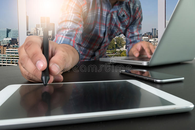 Mão do homem de negócios que trabalha com o computador moderno novo e phon esperto fotos de stock
