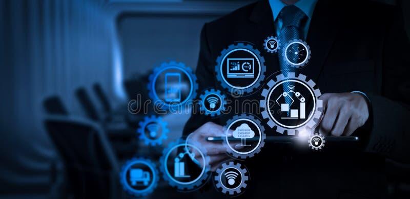Mão do homem de negócios que trabalha com uma tabuleta digital na sala de reunião fotografia de stock