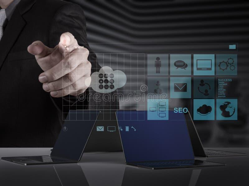 Mão do homem de negócios que trabalha com WWW. escrito na barra da busca no modo foto de stock royalty free