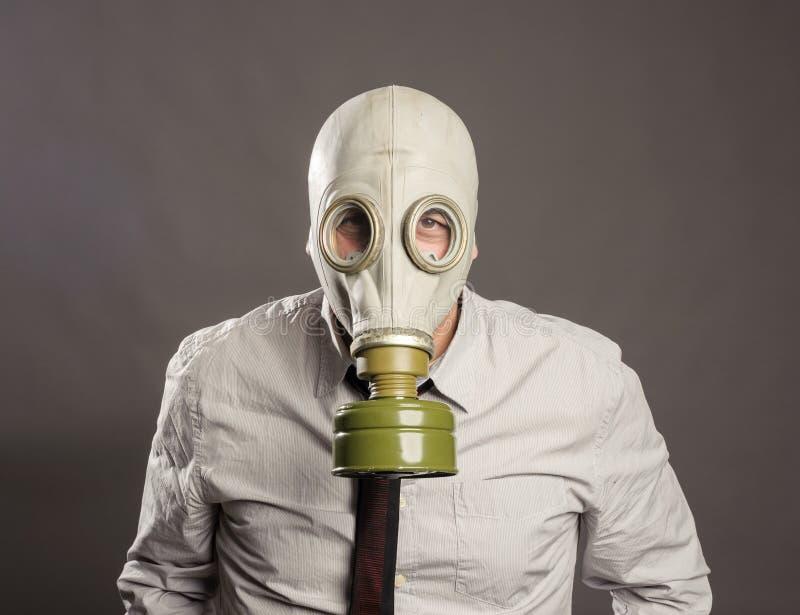 Mão do homem de negócios que veste uma máscara de gás fotografia de stock royalty free