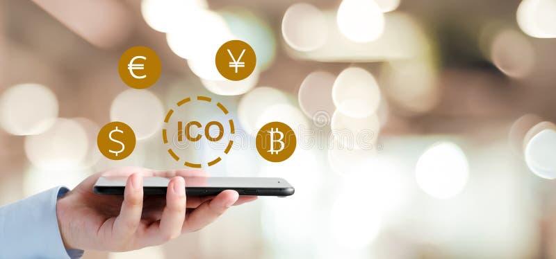 Mão do homem de negócios usando o smartphone com ICO, moeda inicial Offerin fotos de stock