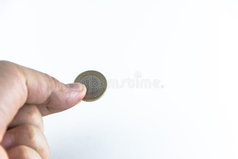 A mão do homem guarda moedas turcas com fundo branco isolado imagem de stock