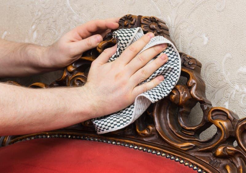 A mão do homem limpa a poeira imagens de stock royalty free