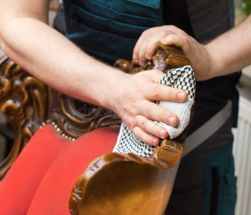 A mão do homem limpa a poeira imagem de stock royalty free