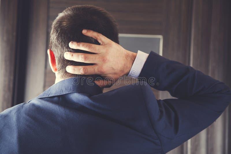 Mão do homem no pescoço foto de stock