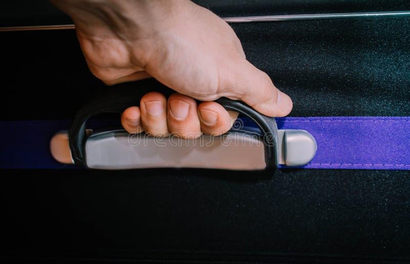 Mão do homem que guarda a caixa da bagagem foto de stock royalty free
