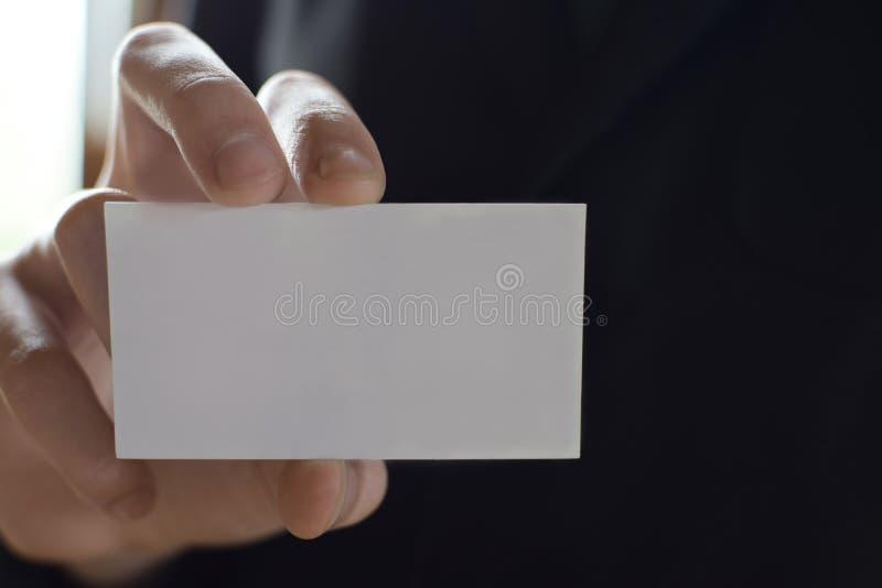 Mão do homem que guarda o cartão vazio imagem de stock royalty free