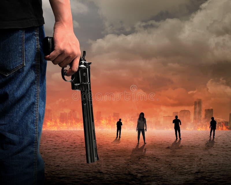Mão do homem que guarda o zombi de combate da arma fotos de stock