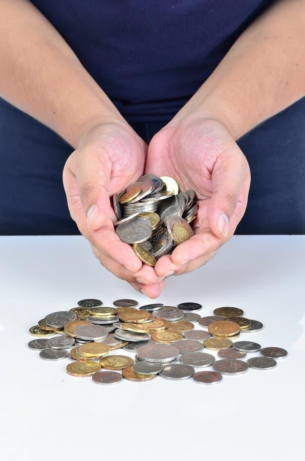 Mão do homem que guarda a pilha das moedas foto de stock royalty free
