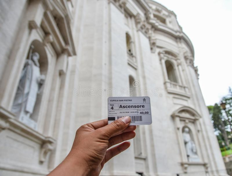 Mão do homem que guarda um bilhete de San Pietro Dome fotos de stock royalty free