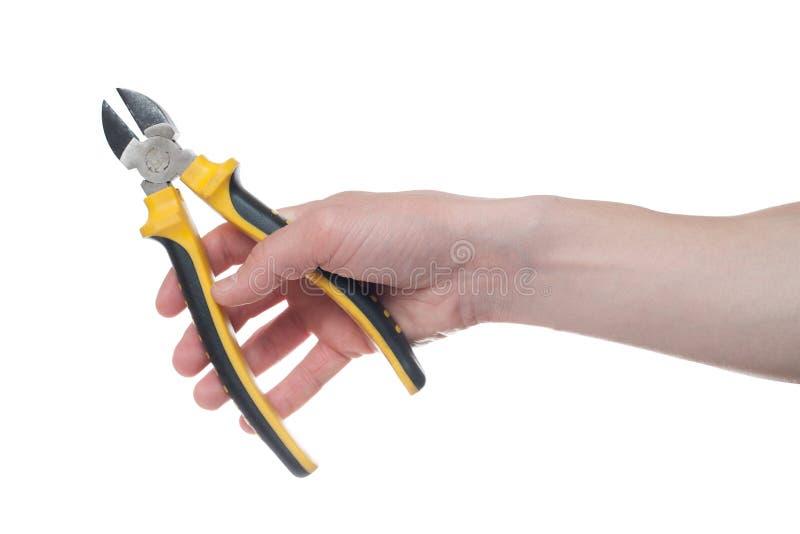 A mão do homem que guarda um preto e um cortador de fio amarelo Aberto, limpo, pronto para cortar o formulário fotografia de stock royalty free