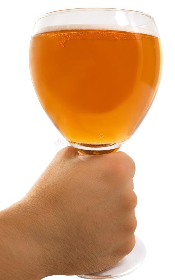 Mão do homem que sustenta um vidro da cerveja imagens de stock