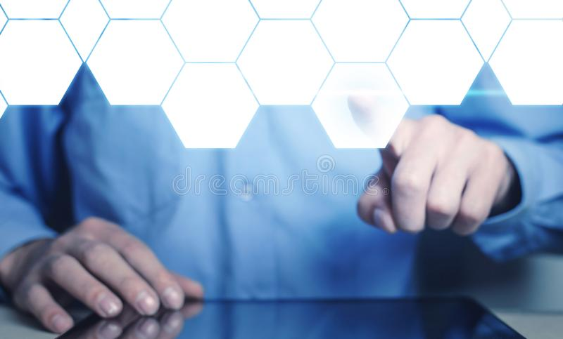Mão do homem que toca no hexágono vazio Negócio e tecnologia ilustração do vetor