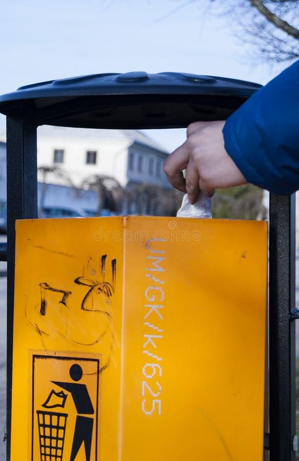 A mão do homem s que põe o lixo Recycle pode fotos de stock royalty free