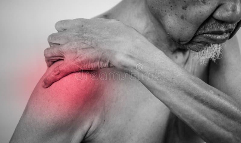 Mão do homem superior que guarda o braço saudável e que faz massagens empurra dentro fotos de stock