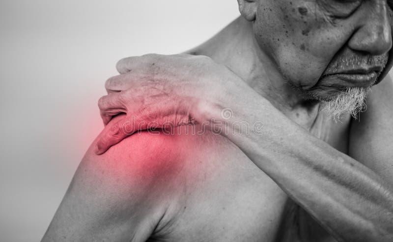 Mão do homem superior que guarda o braço saudável e que faz massagens empurra dentro imagens de stock royalty free