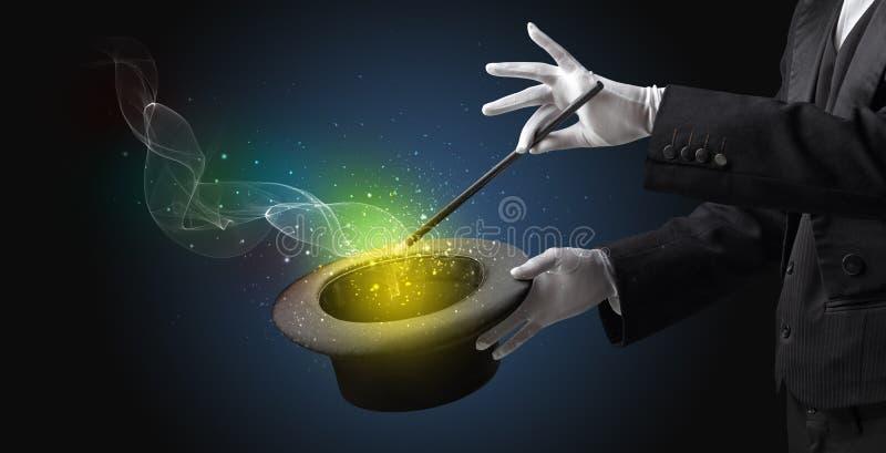 Mão do ilusionista que faz o truque com varinha fotografia de stock