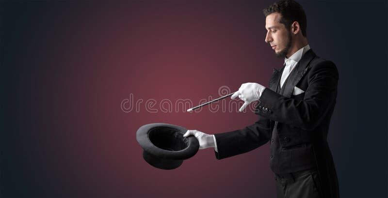 A mão do ilusionista quer s conjurar algo fotografia de stock royalty free