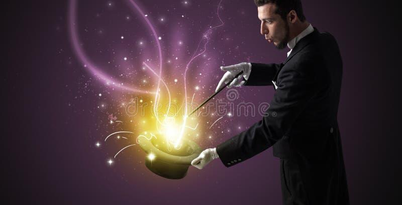 A mão do mágico conjura o milagre do cilindro imagens de stock