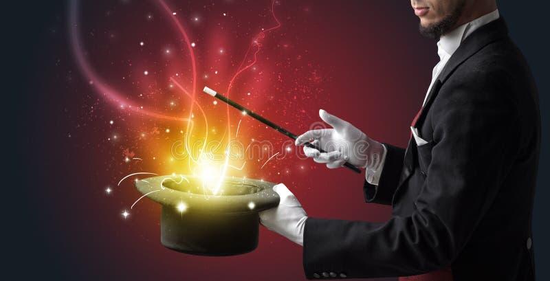 A mão do mágico conjura o milagre do cilindro fotografia de stock