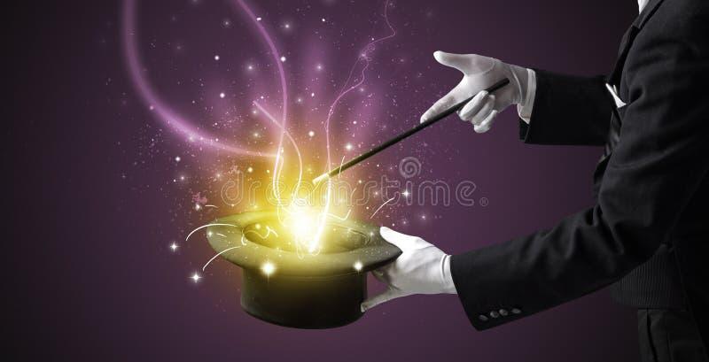 A mão do mágico conjura o milagre do cilindro imagem de stock