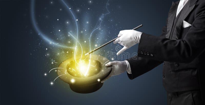 A mão do mágico conjura o milagre do cilindro imagens de stock royalty free