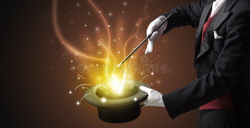 A mão do mágico conjura o milagre do cilindro foto de stock