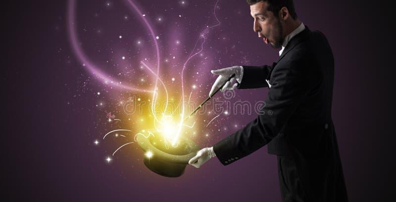A mão do mágico conjura o milagre do cilindro foto de stock royalty free