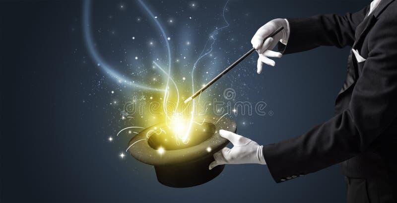 A mão do mágico conjura o milagre do cilindro imagem de stock royalty free