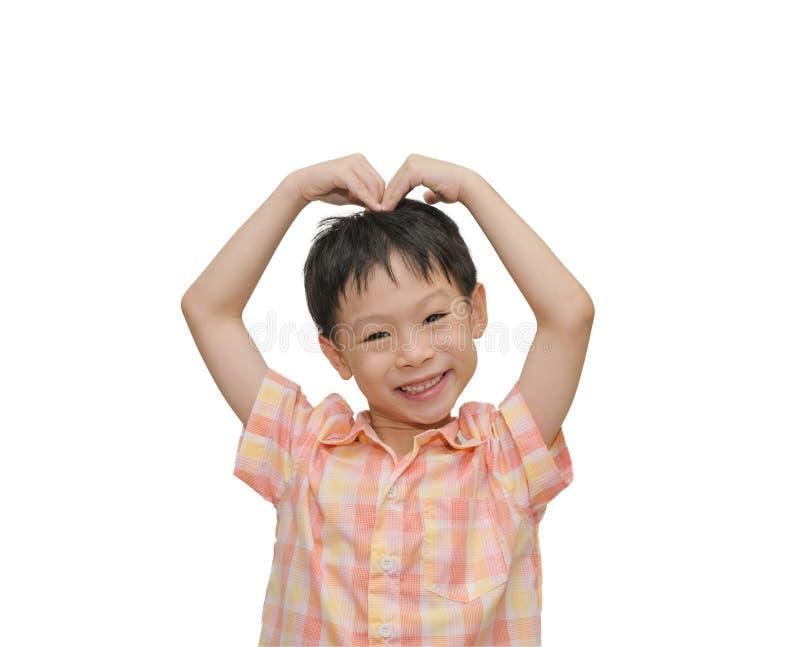 Mão do menino que faz uma forma do coração imagem de stock