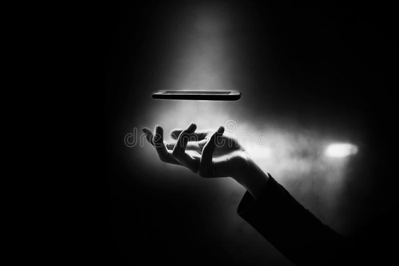 Mão do menino que vai travar o telefone esperto, apego esperto do telefone fotografia de stock royalty free