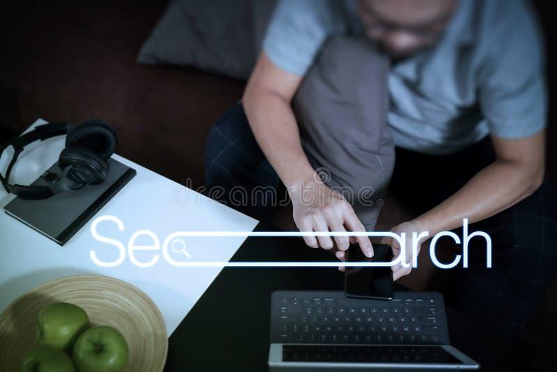 mão do moderno usando o teclado digital do embarcadouro da tabuleta e o pho esperto fotografia de stock