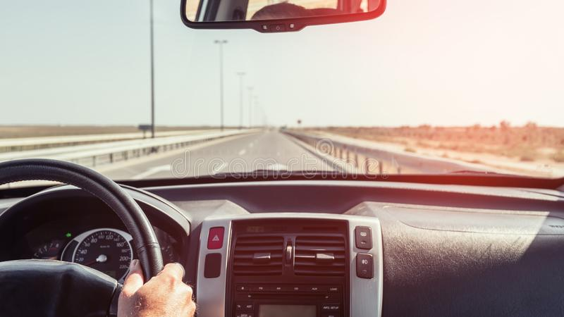 Mão do motorista no volante de um carro foto de stock
